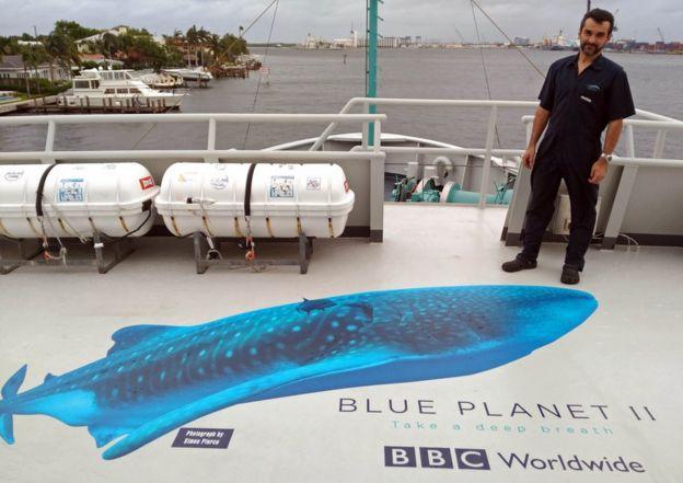 Alejandro Simone junto a un logo de Blue Planet II