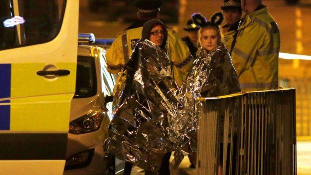 Konser alanından çıkanlara polis battaniye verdi.