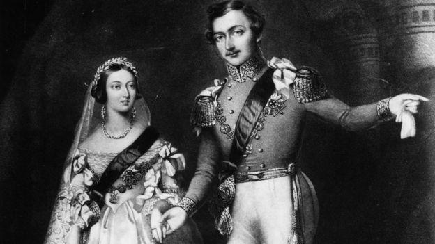 Kraliça Victoria və əri - şahzadə Albert ilə gəlinlik paltarında təsvir olunub.