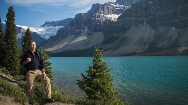 فيليب كوستيه يرتدي حذاء السير في الجبال