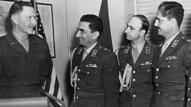 در یک سند جدید آمده که سرتیپ اسماعیل ریاحی (نفر اول از راست) پیش از انتصاب به وزارت کشاورزی در گفتگوهای محرمانه خود با مقامات نظامی آمریکا این برداشت را ایجاد کرد بود که بطور مشروط آمادگی آن را دارد که در سرنگون کردن شاه شرکت کند