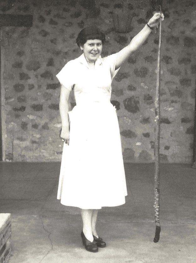 Barbara segurando uma cobra
