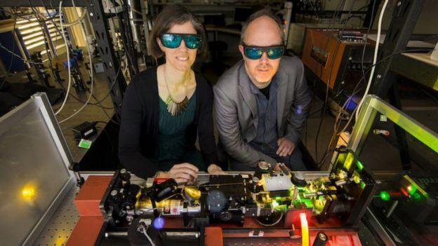 Rose Ahlefeldt y Matthew Sellars operando un láser de alta resolución para crear chips de memoria n la Universidad Nacional Australiana (ANU).