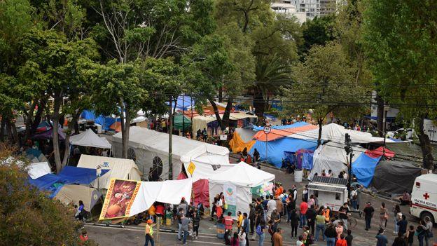 Tiendas de campaña alrededor de un edificio derrumbado en Ciudad de México.