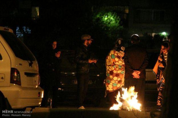 در پی زلزله در استان کرمانشاه دهها هزار نفر از مردم شب را در هوای سرد در خیابان های سپری می کنند. به دلیل روشن ماندن تعداد زیادی از خودرو ها و افروختن آتش در کنار خیابان توسط مردم دود و فضای مه آلودی سطح شهر کرمانشاه را فرا گرفته است.