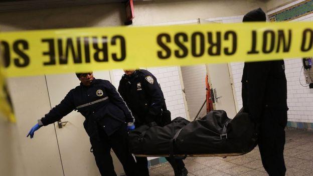 Retirada del cuerpo de un suicida del metro de Nueva York.
