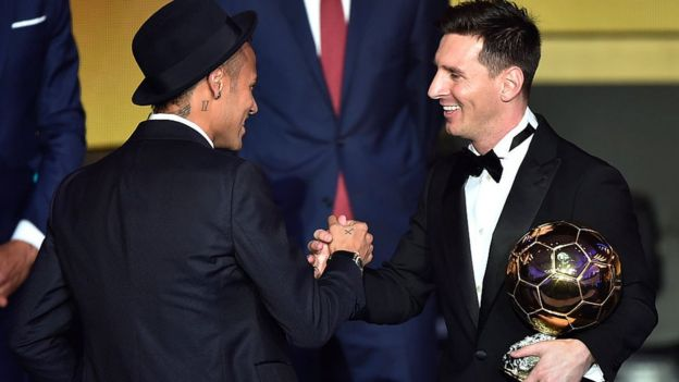 Neymar felicita a Messi tras ganar el balón de oro 2015.