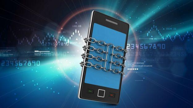 Imagen de teléfono celular con cadenas alrededor.