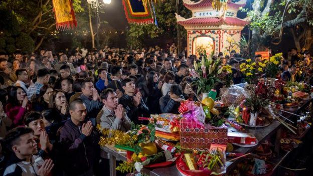 Người dân đi lễ ở Phủ Tây Hồ, Hà Nội. Ảnh chụp ngày 28/1/2017