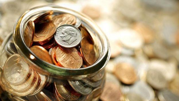 Una jarra llena de monedas