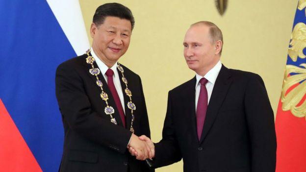 7月4日,习近平同俄罗斯普京会谈后,普京向习近平授予俄罗斯国家最高勋章