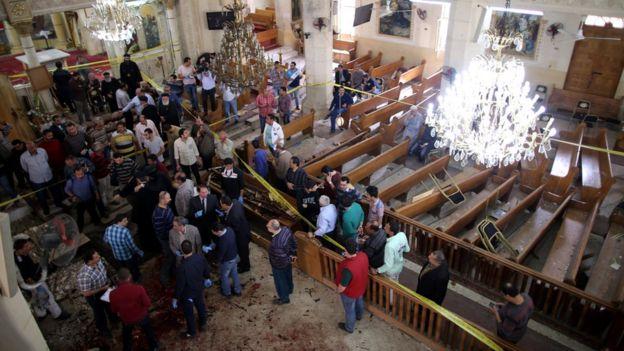 Сотрудники службы безопасности исследуют место взрыва в церкви Св. Марка