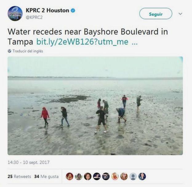 Un grupo de jóvenes camina por el lugar que antes ocupaban las aguas de la playa de Tampa.