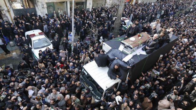 Raia wa Iran wakikusanyika kando ya gari lililokuwa limebeba jeneza la Rafsanjani mjini Tehran.