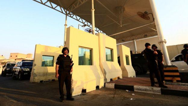 Miembros de las fuerzas de seguridad sauditas hacen guardia en la ciudad de Awamiya (9 de agosto de 2017)