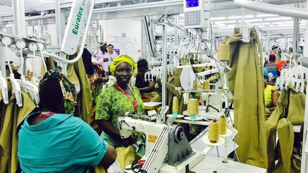 中國企業到坦桑尼亞投資建設的服裝廠。