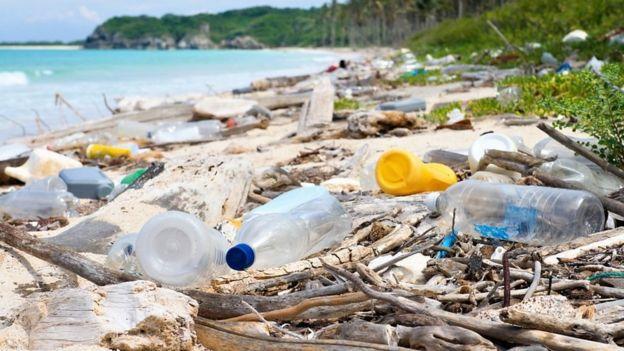 Пластиковые бутылки на пляже