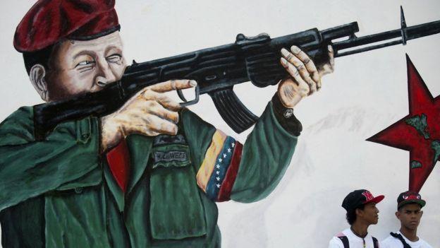 Pintura de Chávez con un fusil en la mano