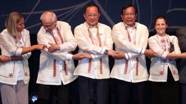 El ministro de Relaciones Exteriores de Corea del Norte (centro) junto a otros ministros de otros países en Manila.