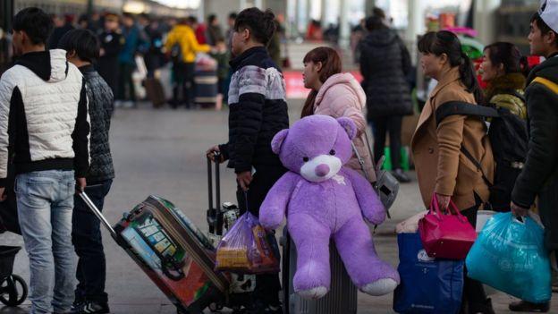 春節團圓是華人世界的大事。圖為中國一處火車站前民眾等待返鄉。