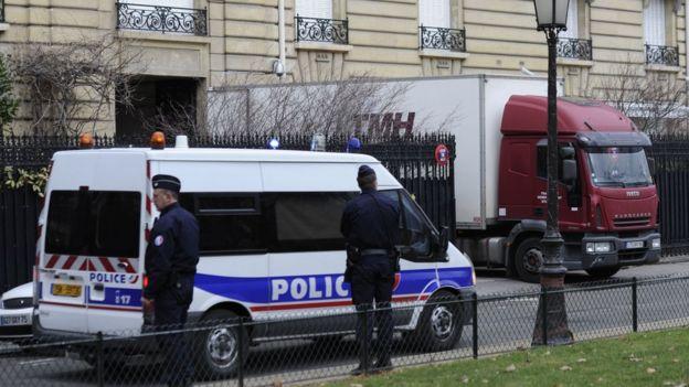 Un camión de la policía francesa investiga la mansión de
