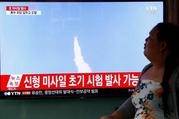 Mujer surcoreana observa un noticiero de televisión en Seúl que muestra un misil norcoreano el 15 de abril de 2017