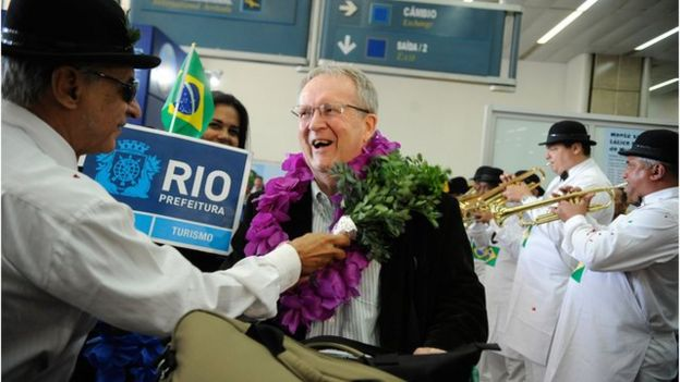 Turista estrangeiro é recebido no aeroporto internacional do RJ