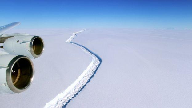 Resultado de imagem para Iceberg gigantesco se desprende de plataforma de gelo na Antártica