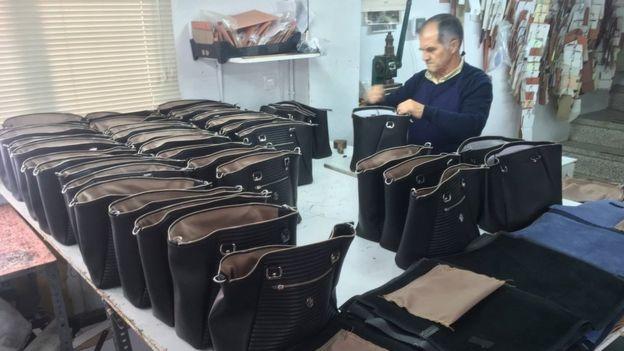 Un operario haciendo bolsos