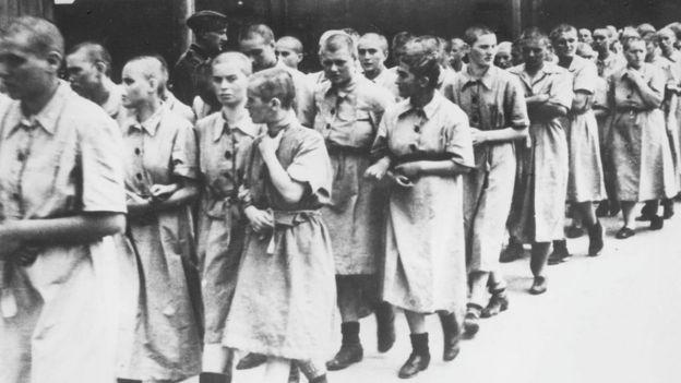 Una fila de mujeres prisioneras en el campo de concentración nazi de Auschwitz.