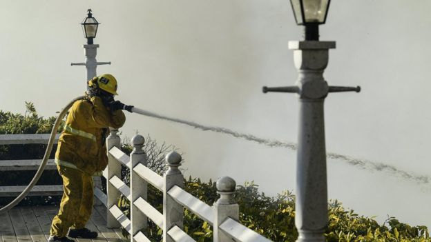 Bombero extinguiendo el incendio en Bel Air, Los Ángeles, California