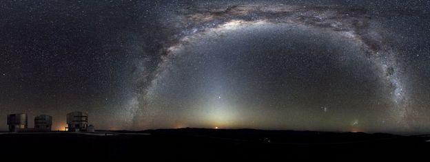 Bajo el arco de la Vía Láctea y sobre la Luna que está saliendo, se ve la luz zodiacal