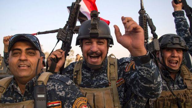 جنود يحتفلون