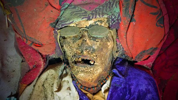 Quiénes son los torajas, que cuidan y limpian a los seres queridos muertos como si estuvieran vivos