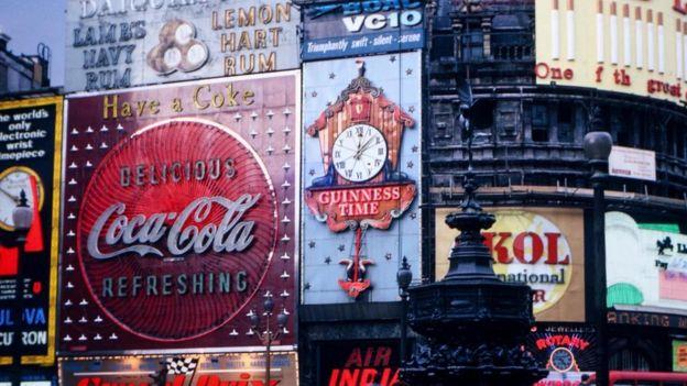 Una imagen de los famosos anuncios publicitarios de Picadilly Circus, en Londres, en los años 60.