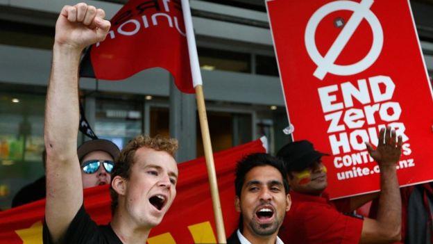 Unos jóvenes protestando