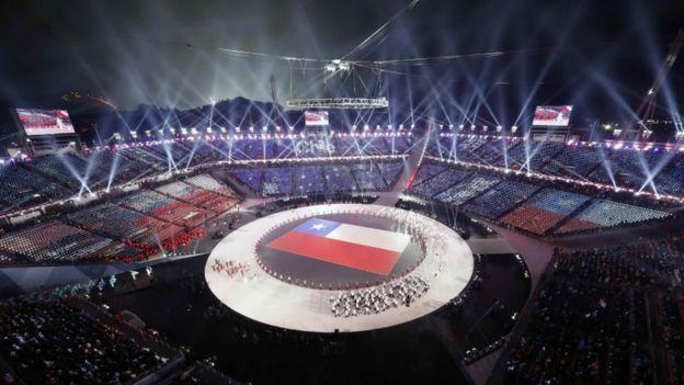 Bandera chilena desplegada en la ceremonia de las Olimpiadas de Invierno 2018.
