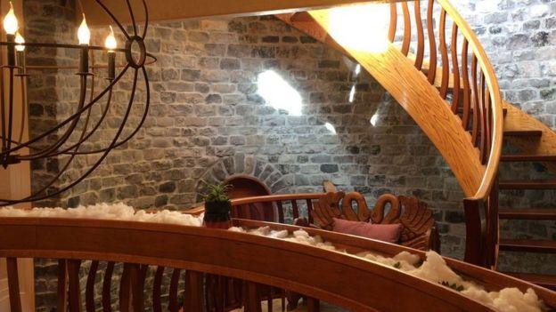 Escada interna na mansão