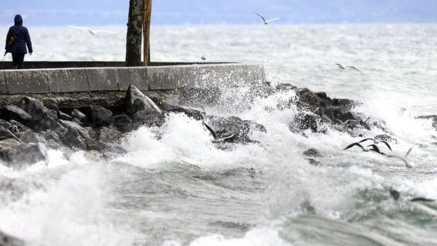 Великі хвилі на Женевському озері