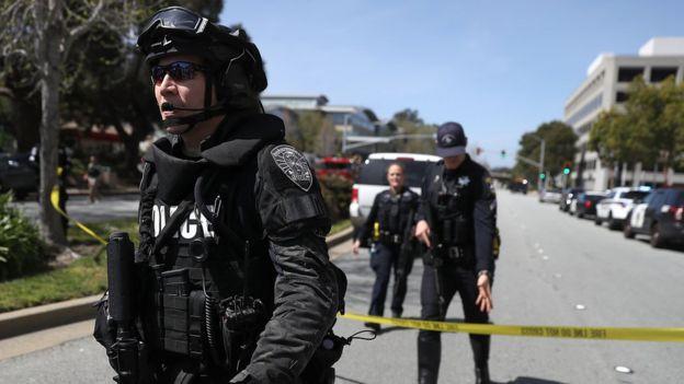 Policía en las afueras de la sede de YouTube en San Bruno, California