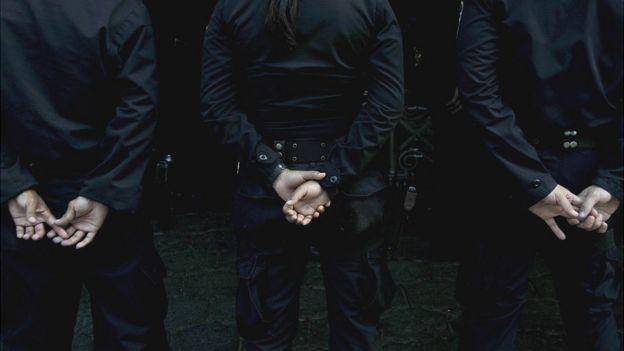 Policías en el entierro de uno de sus compañeros.