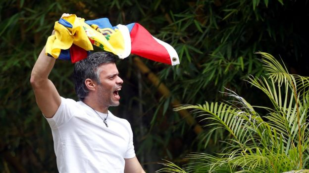 Leopoldo López agita una bandera venezolana