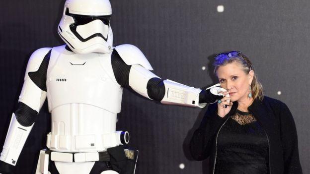 Carrie Fisher posa junto a un soldado de asalto en un Premier película