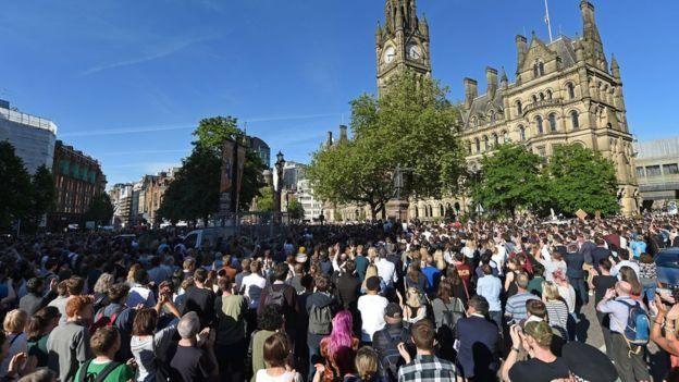 آلاف شاركوا في تأبين الضحايا