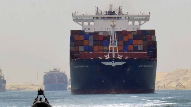 Barco no Canal de Suez