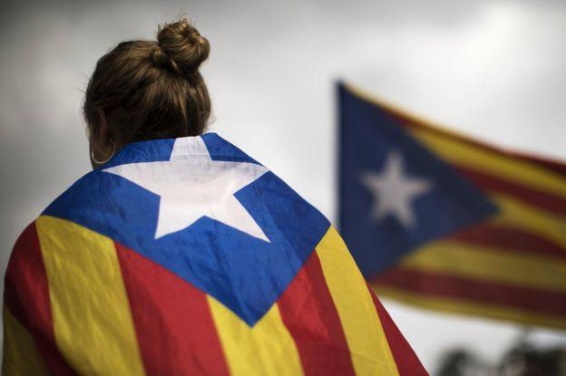 Katalan bayraklı bir kadın