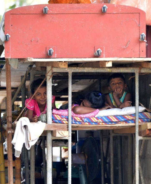இலங்கை பேரழிவு : 44 மாணவர்கள் பலி; 8 பேரை காணவில்லை