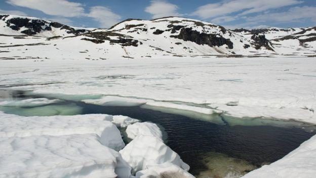 Hueco en el hielo de lago helado
