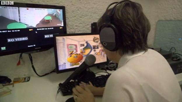 La doctora Borbolla mostrando cómo opera a Antenas