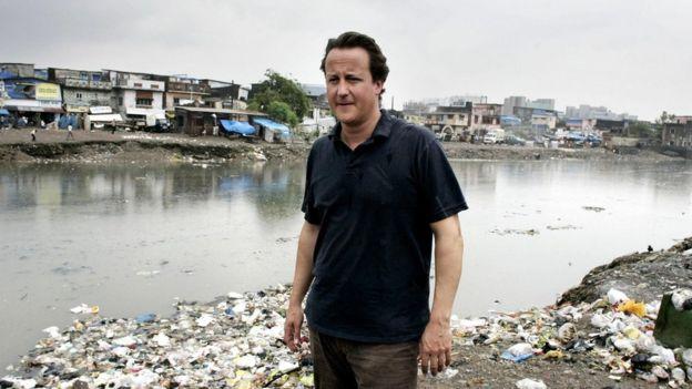 卡梅倫訪問印度孟買貧民窟